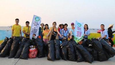 Ảnh, clip: Hơn 500 thanh niên phật tử đến đảo Lý Sơn hưởng ứng trào lưu dọn rác