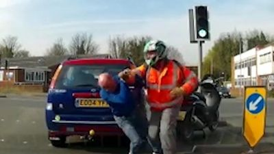 Gã đi xe máy ngang ngược hành hung tài xế ô tô giữa phố