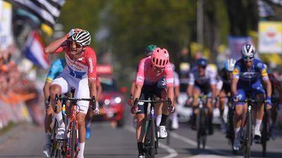 Xe đạp: Kèn cựa nhau trên đường đua, Alaphilippe và Fuglsang để Van der Poel thắng Amstel Gold Race
