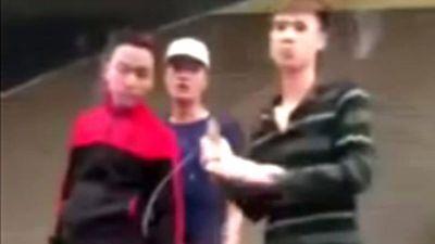 Hai nhóm thanh niên cầm dao kiếm truy sát nhau kinh hoàng giữa đường