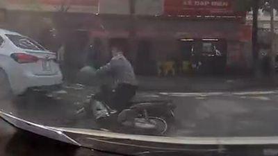 Tài xế không đội nón bảo hiểm đâm vào đuôi ôtô té đập đầu xuống đường
