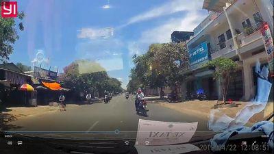 Người phụ nữ đi xe máy bất ngờ lao vào gốc cây