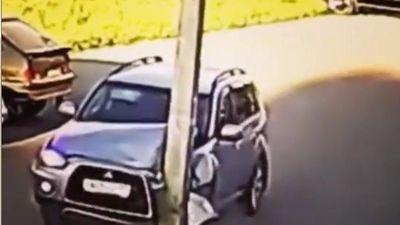 Tài xế húc ô tô vào cột 'mọc' giữa đường khiến xe móp đầu