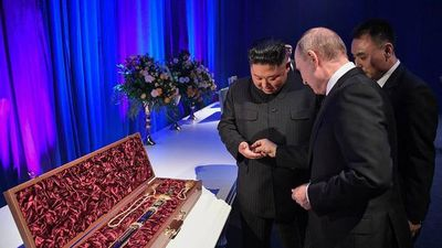 Tổng thống Nga Putin và Chủ tịch Triều Tiên Kim Jong-un tặng quà giống nhau