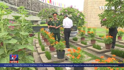 Dâng hương Chủ tịch Hồ Chí Minh và các anh hùng, liệt sỹ