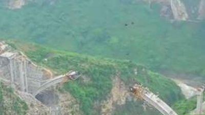 Xây cầu giữa hai vách núi dựng đứng ở Trung Quốc