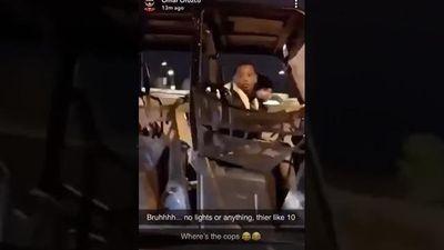 Hai đứa trẻ lái xe trên cao tốc Mỹ