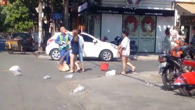 Xôn xao clip nữ lao công nhắc bỏ rác dọn gọn gàng bị chủ shop tấn công