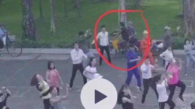 Clip flycam nữ vũ công bị trộm túi xách khi quay MV với ca sĩ ở công viên 23/9