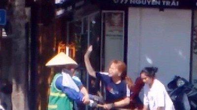 Người trong cuộc lên tiếng vụ nữ lao công bị chủ shop áo quần đánh vì... nhắc nhở việc vứt rác