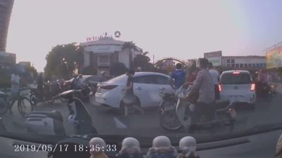 Nữ tài xế 'ủi' hàng loạt phương tiện giữa phố Hải Dương