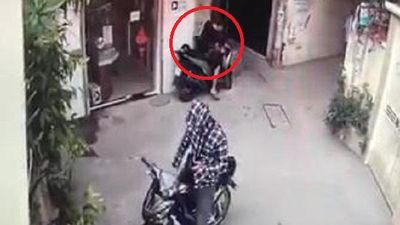 Clip: Nghênh ngang trộm xe SH trước cửa nhà, thanh niên lĩnh cái kết đắng