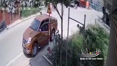 Khoảnh khắc chủ xe máy bất cẩn bị ô tô đâm văng hàng chục mét
