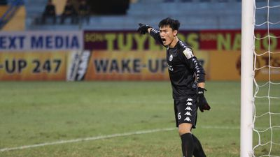 Bùi Tiến Dũng lọt top 5 pha cứu thua hay nhất vòng 10 V-League 2019