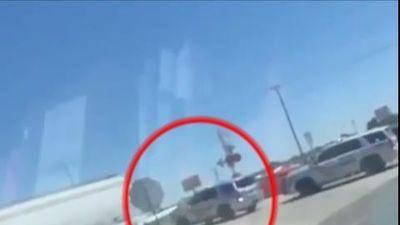 Sang đường bất cẩn, cảnh sát Mỹ bị tàu hỏa đâm