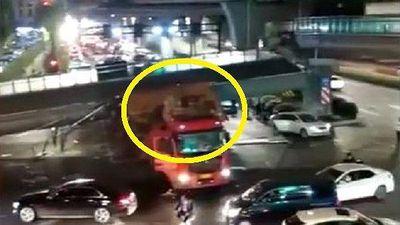 Clip: Hãi hùng xe tải chở quá khổ đâm sập cầu đi bộ