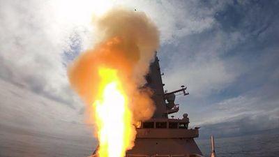 Chiến hạm Anh Denfender phóng tên lửa siêu thanh đánh chặn UAV bay tới