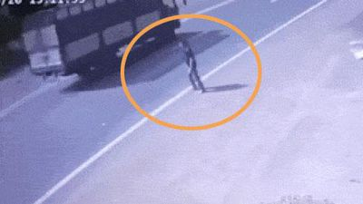 Clip sốc: Đứng chờ xe khách đi tới, người đàn ông bất ngờ lao thẳng vào gầm...