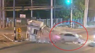 Tài xế tông vào trạm kiểm soát khi qua đoạn giao nhau tại Thái Lan