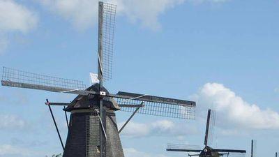 Ngôi làng cổ tích với những cối xay gió khổng lồ
