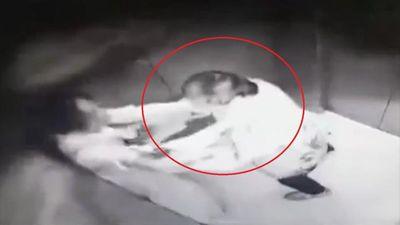 Cô gái Trung Quốc bị kẻ biến thái cưỡng hôn trong thang máy