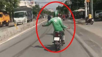 Clip: Anh chàng thừa 'máu liều', vừa lái xe vừa buông 2 tay, lạng lách nhún nhảy như vũ công giữa đường