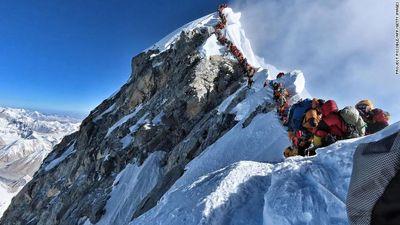 'Tắc đường' trên đỉnh Everest, nhiều người leo núi bỏ mạng
