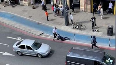 Người đàn ông 1 mình đánh đuổi 2 tên cướp trên đường phố London (Anh)