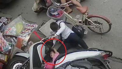 Clip: Bé gái vịn trúng tay ga, xe máy lao vọt vào cửa hàng