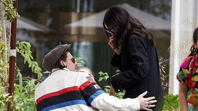 Vợ chồng Vic-Beck lo lắng và xấu hổ khi con trai cứ khóc lóc vì yêu