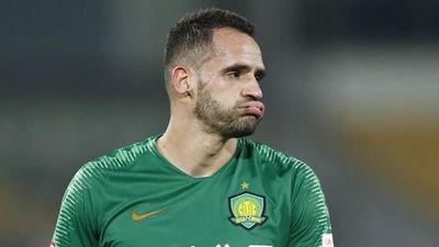 Cầu thủ Brazil nằm sân ăn vạ vì va chạm với trọng tài