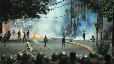 Cận cảnh bạo động kinh hoàng sau bầu cử ở Indonesia