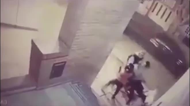 Bé gái 11 tuổi 'liên hoàn đấm' vào mặt tên cướp giải cứu mẹ