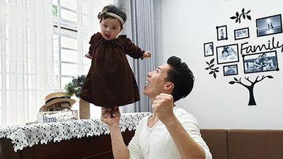 Rùng mình xem Quốc Nghiệp dùng một tay nâng con gái 6 tháng tuổi đứng giữa không trung