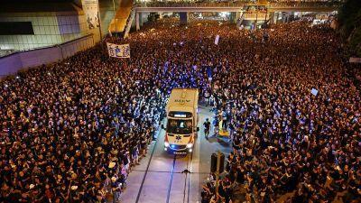 Người biểu tình Hong Kong tách đám, nhường đường cho xe cứu thương