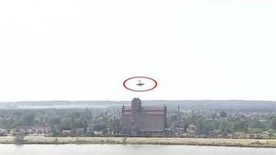 Khoảnh khắc máy bay lao xuống sông trong lúc nhào lộn trên không
