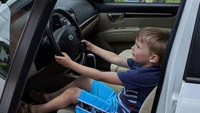 Bé trai 4 tuổi gây sốc khi tự lái ôtô đi mua kẹo