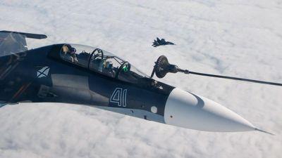 Cận cảnh màn tiếp nhiên liệu trên không ngoạn mục của chiến đấu cơ Nga