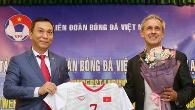 Cựu danh thủ Đức đến Việt Nam ký hợp tác phát triển bóng đá trẻ