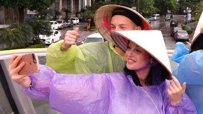 Khách Tây mặc áo mưa đi xe buýt hai tầng đầu tiên ở Hạ Long