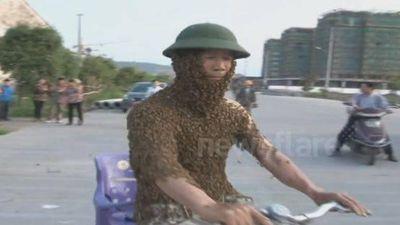 Kinh hãi người đàn ông để 50.000 con ong bu kín người rồi đạp xe đi dạo