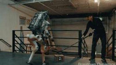 Video robot bị hành hạ gây xôn xao Internet
