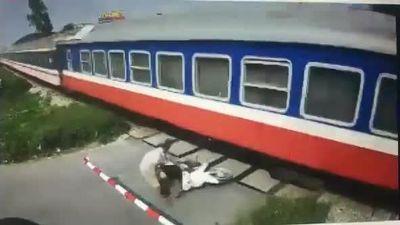 Cố băng qua đường sắt dù barie đã đóng, người đi xe máy suýt mất mạng