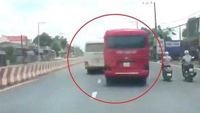 Clip: Hai xe khách sẵn sàng thí mạng hàng chục hành khách để rượt đuổi, hỗn chiến