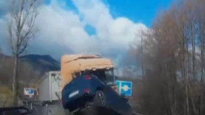 CLIP: Ôtô bị nổ lốp trên đường gây ra tai nạn kinh hoàng