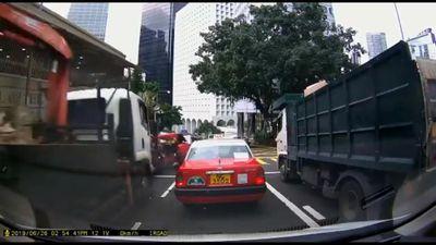 Xe tải mất phanh tông hàng loạt xe đang dừng đèn đỏ