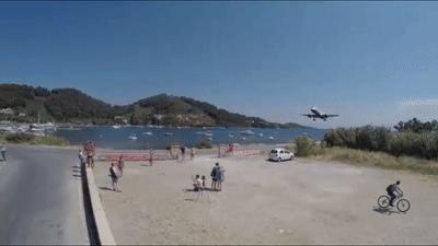 Máy bay hạ cánh sát sạt trên đầu du khách ở Hy Lạp