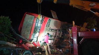 Video hiện trường kinh hoàng vụ lật xe khách ở Đắk Lắk khiến 11 thương vong