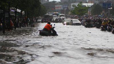 Nước cuồn cuộn cuốn xe máy trong cơn mưa lớn ở TP HCM