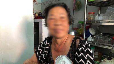 Hai mẹ con hôi nước ngọt từ xe hàng gặp nạn bị 'ném đá' tơi bời